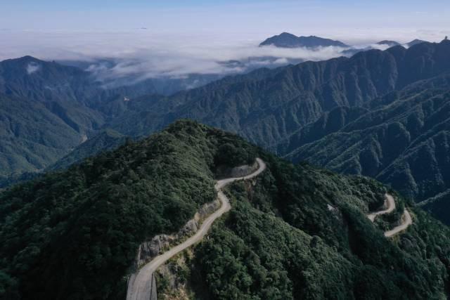 南岭山内当年叫停的道路最终在2015年完成硬化,直通广东最高峰。南方日报记者 吴明摄